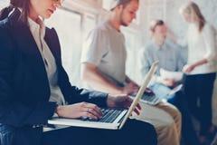 企业项目过程 工作在大顶楼办公室的人们 膝上型计算机和文书工作 库存图片