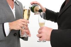企业香槟倾吐关闭的夫妇  免版税库存图片