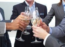 企业香槟敬酒关闭的小组  免版税库存照片