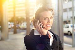 企业移动电话微笑的联系的妇女 库存照片