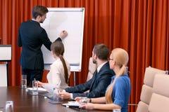 企业介绍在会议上 免版税库存图片