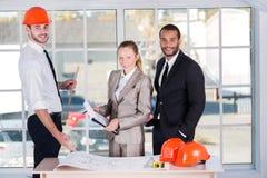 企业建筑师画象  三位建筑师遇见 免版税图库摄影