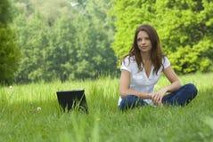 企业c膝上型计算机松弛妇女运作的年轻人 免版税图库摄影