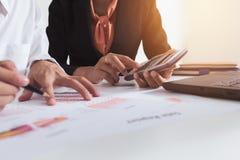企业co工作 年轻帐户经理乘员组与项目一起使用 分析飞行 免版税图库摄影