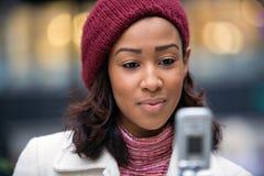 企业texting的妇女 免版税图库摄影