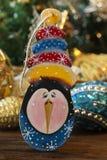 企鹅玩具在圣诞节背景的 袋子看板卡圣诞节霜klaus ・圣诞老人天空 库存图片