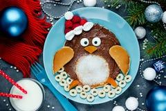 企鹅薄煎饼-孩子的滑稽的想法用早餐 库存图片