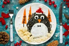 企鹅黑spagehetti圣诞节乐趣食物艺术想法 免版税库存图片
