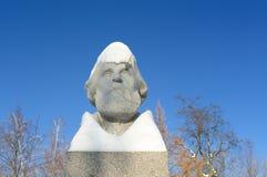 伊万・谢尔盖耶维奇・屠格涅夫的纪念碑在奥勒尔号,在雪下的俄罗斯 免版税库存图片