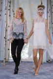 伊丽莎白菲尔莫尔和在伊丽莎白菲尔莫尔秋天/冬天2016年女装设计新娘收藏时塑造步行跑道 免版税库存图片