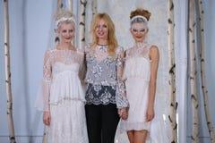 伊丽莎白菲尔莫尔和在伊丽莎白菲尔莫尔秋天/冬天2016年女装设计新娘收藏时塑造步行跑道 免版税图库摄影