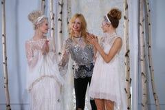 伊丽莎白菲尔莫尔和在伊丽莎白菲尔莫尔秋天/冬天2016年女装设计新娘收藏时塑造步行跑道 免版税库存照片