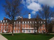 伊利诺伊大学方形字体大厦、蓝天和树 库存图片