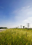 伊利诺伊美国路和电定向塔在乡区 免版税库存图片
