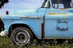 伊利诺伊,美国-大约2016年6月-老卡车停放了在cruzin 66在路线66的礼品店 库存图片