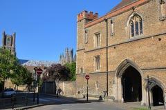 伊利,英国- 2017年5月26日:波尔塔门15世纪中世纪修道院门看法有大教堂的在背景中 库存图片