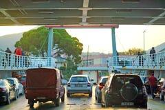 伊古迈尼察,希腊,2018年10月20日,轮渡的到来从科孚岛的有汽车的准备好登陆 库存照片