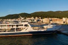 伊古迈尼察,希腊- 2017年3月2日:伊古迈尼察口岸在希腊 船和轮渡到科孚岛海岛  免版税库存照片