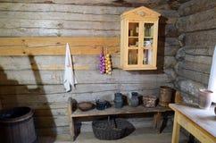 伊尔库次克地区,俄罗斯- 2015年5月, 10 :俄国农民小屋的内部 免版税库存图片
