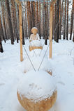 伊尔库次克地区, Ru 1月, 03 2015年:Perpetuum机动性的构成 木雕塑公园在Savvateevka村庄 免版税库存图片