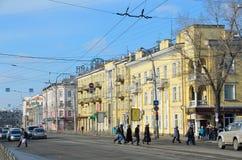 伊尔库次克,俄罗斯, 2017年3月, 03日 人们和汽车在列宁街道上在早期的春天在伊尔库次克 库存照片