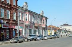 伊尔库次克,俄罗斯, 2017年3月, 16日 在卡尔・马克思街道上的汽车在伊尔库次克在春天,房子41 前革命建筑学 库存照片
