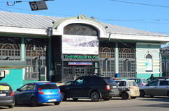 伊尔库次克,俄罗斯, 2017年3月, 17日 汽车在火车站的大厦附近停放了在伊尔库次克,通勤者票 库存图片