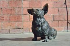 伊尔库次克,俄罗斯, 2017年3月, 17日 狗的铜雕塑在砖墙的在130 Th处所伊尔库次克 免版税库存图片
