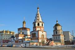 伊尔库次克,俄罗斯, 2017年3月, 04日 突然显现Bogoyavlensky大教堂的钟楼在春天在伊尔库次克 免版税库存照片