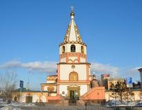伊尔库次克,俄罗斯, 2017年3月, 04日 突然显现Bogoyavlensky大教堂的钟楼在春天在伊尔库次克 图库摄影