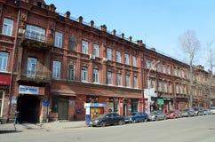 伊尔库次克,俄罗斯, 2017年3月, 16日 Cas在卡尔・马克思街道,房子37上 20世纪初的公寓在伊尔库次克 免版税库存照片