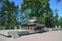 伊尔库次克,俄罗斯, 2017年8月, 29日 T ank T-34-85 ` Komsomol `的伊尔库次克成员在一个垫座的在stre的交叉点 免版税库存照片