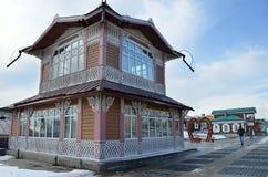 伊尔库次克,俄罗斯, 2017年3月, 03日 130 Th处所的旧式的房子在春天在市伊尔库次克 免版税图库摄影