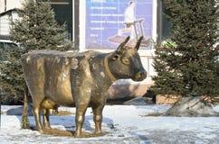 伊尔库次克,俄罗斯, 2017年3月, 03日 一头母牛的铜雕塑在伊尔库次克伊尔库次克雕塑公园350th周年公园  免版税库存照片