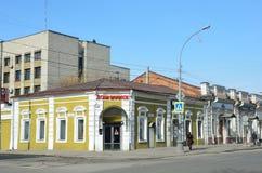 伊尔库次克,俄罗斯, 2017年3月, 16日 伊尔库次克,在革命前建造的房子在41/1卡尔・马克思街道, 9街道Kalandarishvili 免版税库存图片