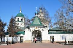 伊尔库次克,俄罗斯, 2017年3月, 09日 走在Znamensky妇女` s修道院附近的人们在早期的春天 库存照片