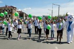 伊尔库次克,俄罗斯- 2013年6月, 01 :城市在伊尔库次克街道上的天游行  免版税库存图片