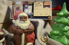 伊尔库次克,俄罗斯- 2016年11月, 09 :巧克力圣诞老人和圣诞节装饰 库存图片