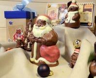 伊尔库次克,俄罗斯- 2016年11月, 09 :巧克力圣诞老人和圣诞节装饰 免版税库存照片
