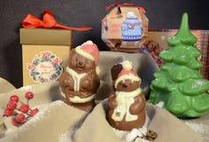 伊尔库次克,俄罗斯- 2016年11月, 09 :巧克力玩具熊-圣诞老人条目和圣诞节装饰 库存照片