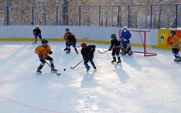 伊尔库次克,俄罗斯- 2012年12月, 09 :曲棍球比赛在十几岁之间合作以纪念新的溜冰场的开头 库存图片