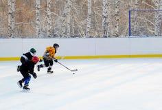 伊尔库次克,俄罗斯- 2012年12月, 09 :曲棍球比赛在十几岁之间合作以纪念新的溜冰场的开头 免版税库存图片
