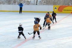 伊尔库次克,俄罗斯- 2012年12月, 09 :曲棍球比赛在十几岁之间合作以纪念新的溜冰场的开头 库存照片