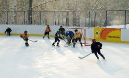 伊尔库次克,俄罗斯- 2012年12月, 09 :曲棍球比赛在十几岁之间合作以纪念新的溜冰场的开头 图库摄影