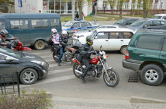 伊尔库次克,俄罗斯-, 18 2015年:在汽车之间的摩托车在城市街道上在伊尔库次克 库存照片