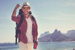 伊帕内马海滩的愉快的美国行家游人在里约热内卢 免版税库存图片