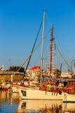 伊拉克利翁老港口有渔船和小游艇船坞的在微明期间,克利特,希腊 库存照片