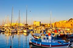 伊拉克利翁老港口有渔船和小游艇船坞的在微明期间,克利特,希腊 图库摄影