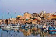 伊拉克利翁老港口有渔船和小游艇船坞的在微明期间,克利特,希腊 免版税图库摄影