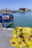 伊拉克利翁,克利特/希腊:捕鱼网,在堡垒Koules前面的渔船在伊拉克利翁 免版税库存图片